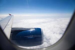 Blick auf Flugzeugmotor durch das Fenster während des Fluges