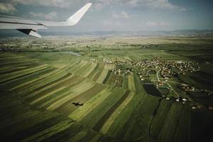Flügelflugzeug und Blick aus dem Fenster