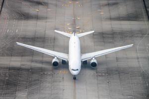 Flugzeug auf einer Landebahn.