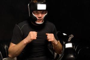 junger Boxer, der sich beim Anziehen aufregt