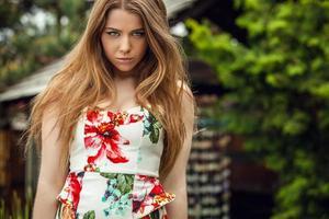 Außenporträt des schönen jungen Mädchens im hellen bunten Kleid.