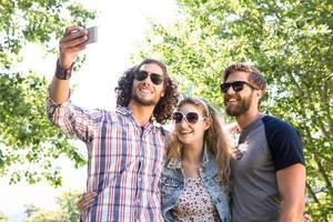 glückliche Freunde, die ein Selfie machen foto
