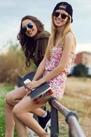 schöne junge Frauen auf der Straße.