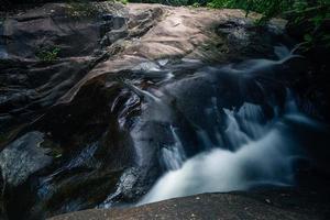 Bach an den Khlong Pla Kang Wasserfällen foto