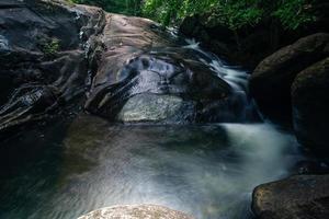natürliche landschaft an den khlong pla kang wasserfällen