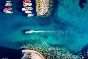 Luftaufnahme von bunten Booten und Yachten auf tropischem Wasser