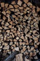 Holz für Brennholz schneiden