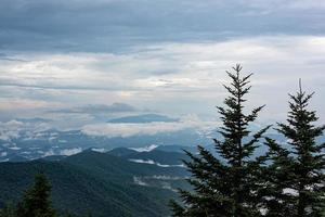 rauchige Aussicht auf die Berge