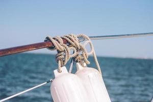 graues Seil an ein Boot gebunden