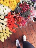 verschiedene Blumensträuße zu verkaufen foto