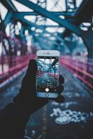 Brooklyn, USA, 2020 - Person, die ein Foto von der Brücke macht