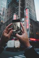Radio City Music Hall, New York City, USA, 2020 - Person, die ein Foto des Gebäudes macht