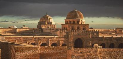 Kairouan, Nordafrika, 2020 - goldene Stunde auf Moscheen