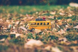 gelber Spielzeugbus im Gras foto