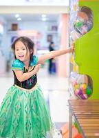 kleines asiatisches Mädchen im Prinzessinkostüm