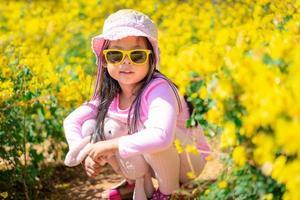 asiatisches Mädchen im rosa Kleid
