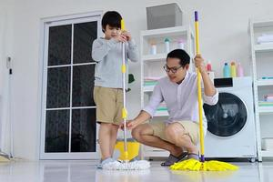 Vater und Sohn putzen