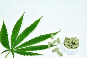 Cannabisblatt und Pillen