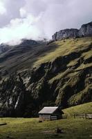 Hütte in der Nähe von Berg während des Tages