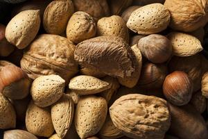 Auswahl an ganzen rohen gemischten Nüssen foto