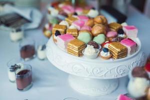 schöner mehrfarbig dekorierter gebackener süßer Schokoriegel-Cupcake auf Party foto