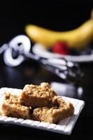 leckere Erdnussbutter-Marshmallow-Quadrate mit Schneebesen und Obst