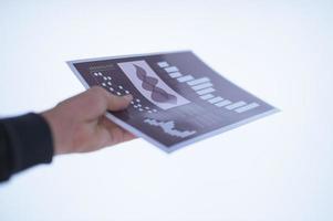 Hand hält ein Dokument foto