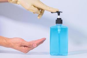 Hände mit Alkoholgel reinigen