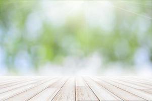Holzboden auf grünem Bokehhintergrund