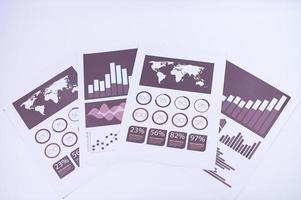 Geschäftsdokumentpapier auf einer weißen Szene platziert foto