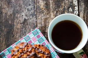 Kekse mit Schokolade und Nüssen auf einer Serviette foto