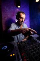 Club DJ zeigt foto