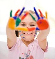 Porträt eines niedlichen Mädchens, das mit Farben spielt foto
