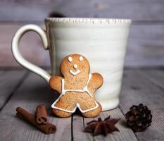selbst gemachter Lebkuchenmann der Weihnachten auf hölzernem Hintergrund. groß c
