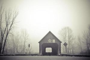 überdachte Brücke im Nebel