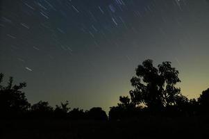der Himmel und Sternspuren in der Nacht