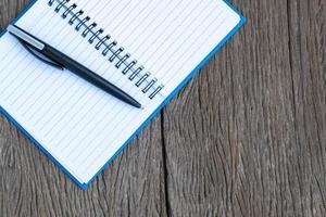 Tintenstift auf einer leeren Seite eines Notizbuchs