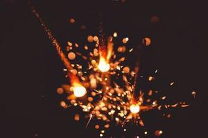 drei brennende Wunderkerzenstangen