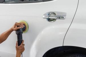 Nahaufnahme der Person, die Auto poliert