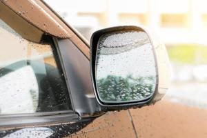 Regentropfen auf dem Seitenspiegel eines Autos
