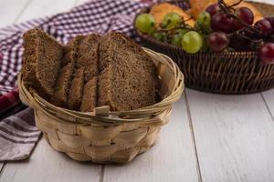 Brot und verschiedene Früchte auf neutralem Hintergrund foto