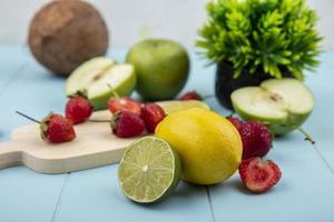 verschiedene Früchte auf blauem Hintergrund foto