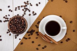 Lebensmittelfotografie flache Lage einer Tasse Kaffee und Kaffeebohnen auf stilisiertem Hintergrund