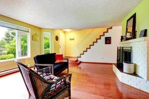Haus Interieur. Wohnzimmer mit weißem Backsteinkamin