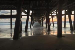 unter dem San Clemente Pier bei Sonnenuntergang