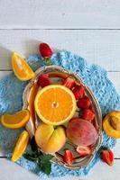 Auswahl an üppigen Früchten und Beeren auf einem hölzernen Hintergrund foto