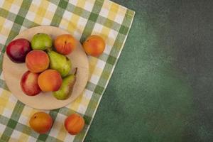 verschiedene Früchte auf stilisiertem Mittherbsthintergrund foto