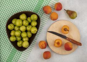 verschiedene Früchte auf stilisiertem Hintergrund foto