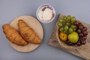 verschiedene Früchte mit Brot und Wüste