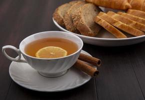 Tasse Tee mit frischem Brot